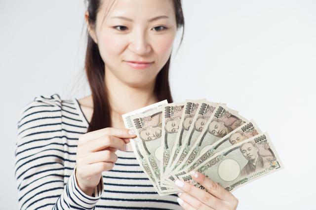 10万円を数える女性