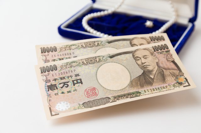 担保の宝石と現金