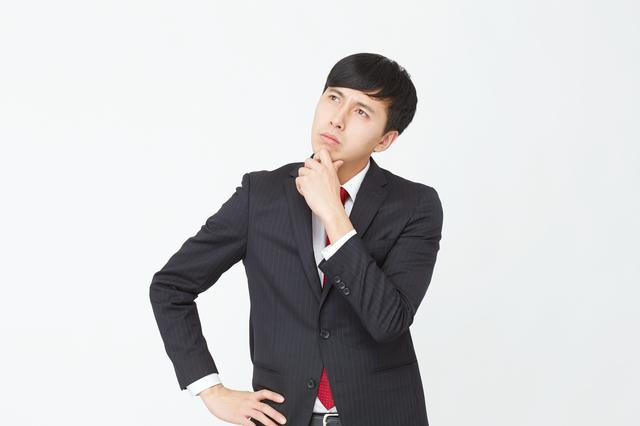 SMBCモビットの審査について悩む男性