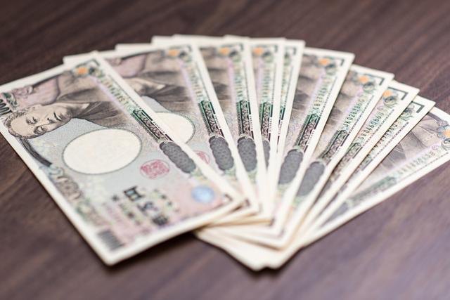 テーブルに広げられた10万円